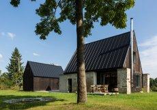 """""""Proto jsme se rozhodli zachovat žulové stěny staré stodoly - jako památku na skvělou kamenickou práci původních obyvatel,"""" píše se v autorské zprávě."""