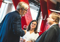 Investor Vladimír Schmalz (vlevo) hovoří s Radomírem Lapčíkem, majitelem SAB Finance a zakladatelem Trinity Bank, a CEO newstream.cz Terezou Zavadilovou
