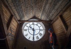 Půda zámku v Protivíně na Písecku ve štítu ukrývá masivní hodiny.